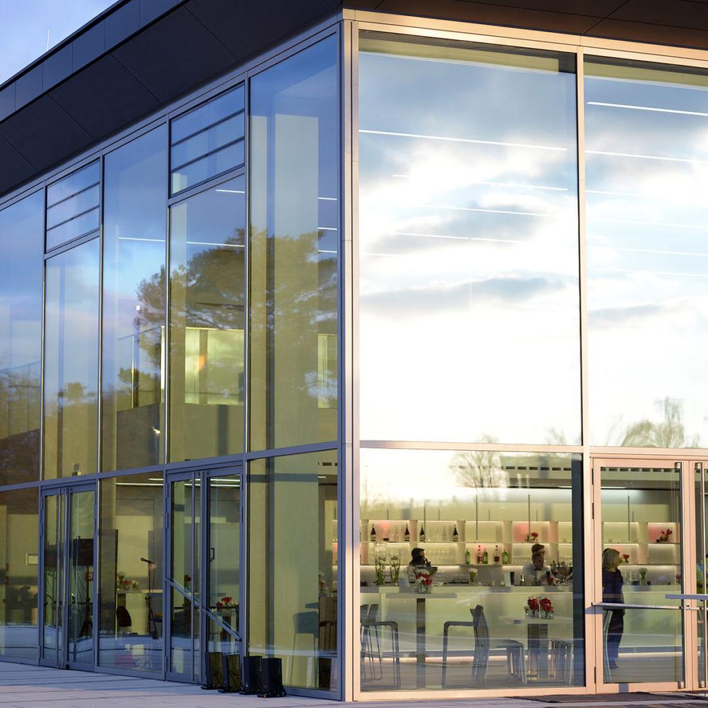 Fensterfront und Eingangsbereich des area3