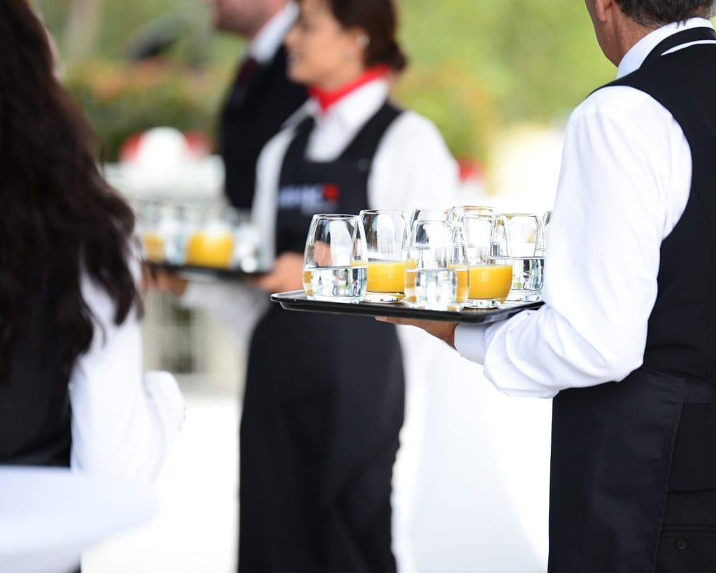 Servicekräfte mit Getränken